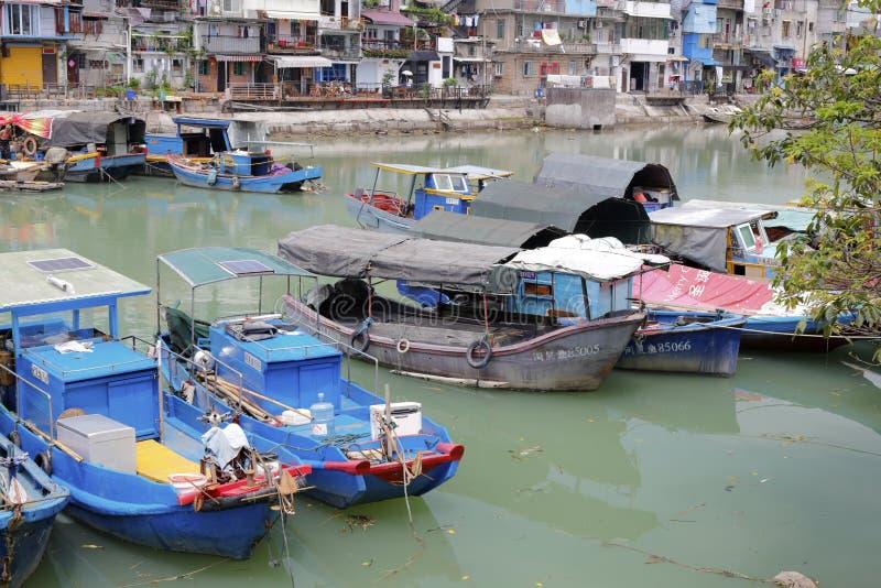 Blåa träfiskebåtar i den skyddade skeppsdockan, amoy stad arkivfoto