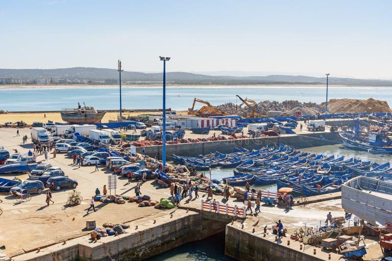 Blåa träfiskebåtar i port, Essaouira, Marocko arkivbilder