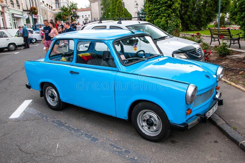 Blåa Trabant 601 på den lokala veteranbilshowen royaltyfri fotografi