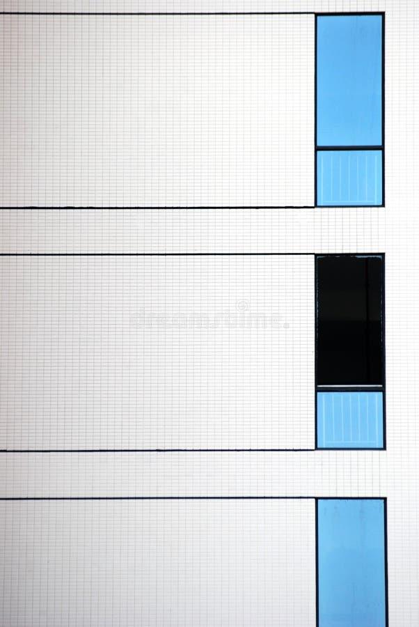 blåa väggwhitefönster arkivfoto