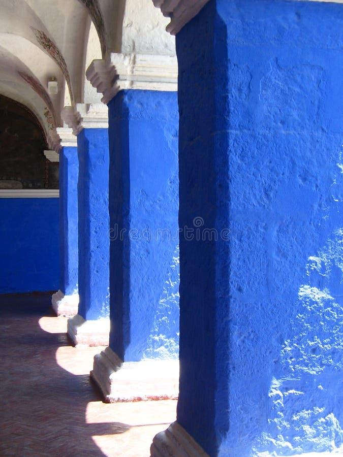 blåa valvgångar arkivbild