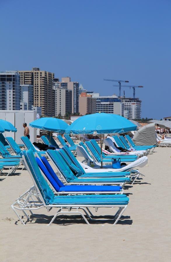 Blåa vardagsrumstolar på den södra stranden, Miami, April, 2014 royaltyfri fotografi