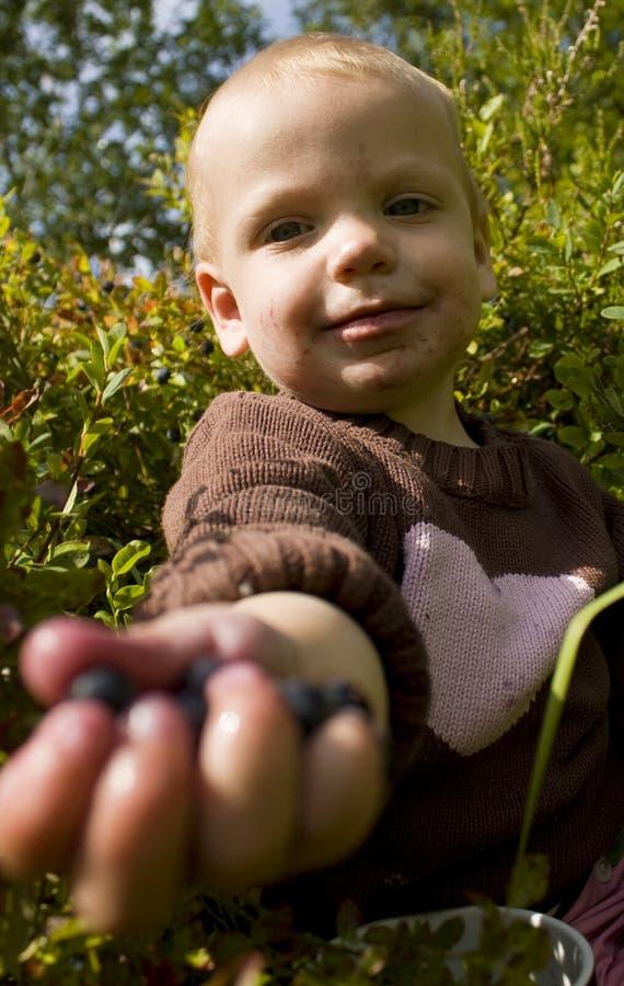 blåbärbarn som ut räcker arkivfoton