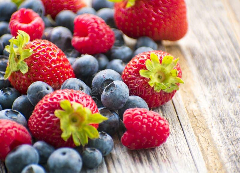 Blåbärhallon och jordgubbar royaltyfria foton