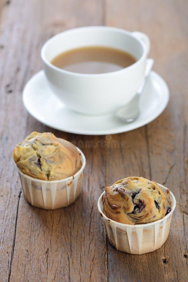 Blåbärmuffin och kaffe royaltyfri bild
