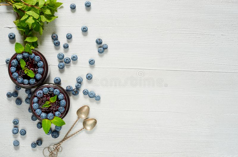 Blåbärsmoothies med sidor för ny mintkaramell på den gråa bakgrunden Frukost för sommardetoxsuperfoods eller sund efterrätt fotografering för bildbyråer