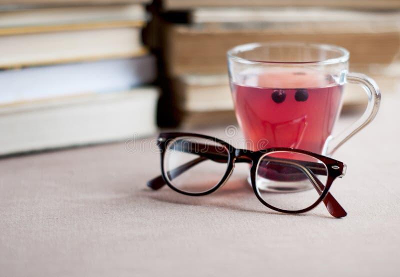 Blåbärte i det glass locket med glasögon royaltyfri bild