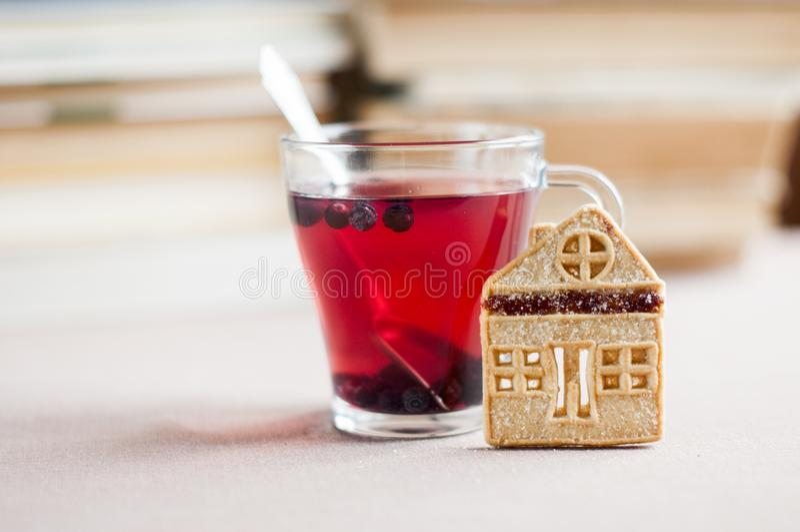 Blåbärte i en glass bunke med mördegskakakakor i form av ett hus arkivfoton