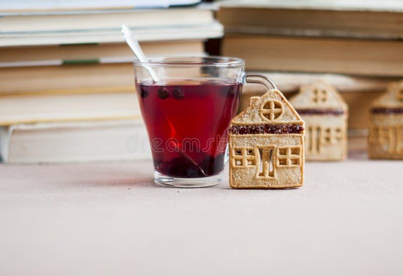Blåbärte i en glass bunke med mördegskakakakor i form av ett hus arkivbild
