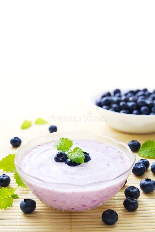 Blåbäryoghurt arkivbild
