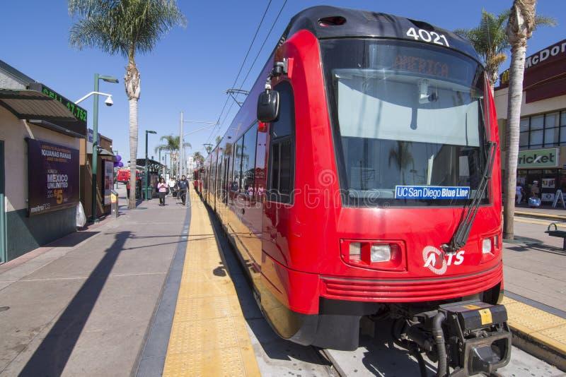 Blålinjenspårvagndrev på slutet av linjen i San Ysidro, Kalifornien royaltyfria foton