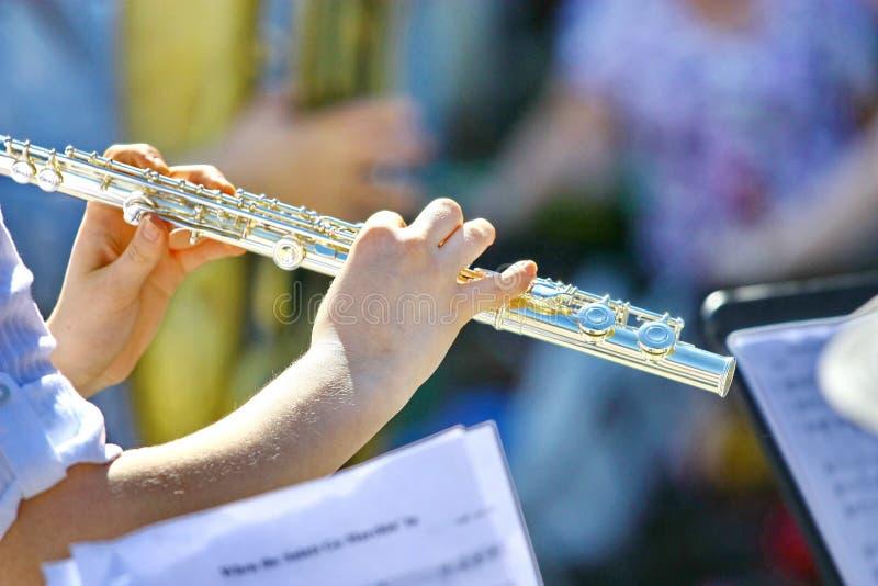 Blåsa flöjt musik som spelar flöjtistmusikeraktören med det ljusa instrumentet arkivbild