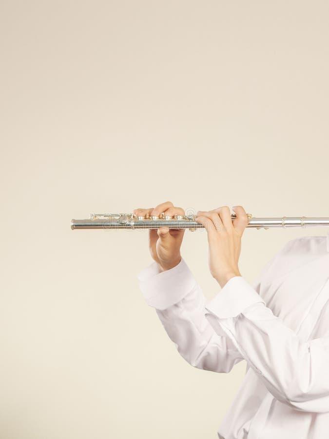 Blåsa flöjt musikinstrumentet i händer av flöjtistmusikern arkivbilder