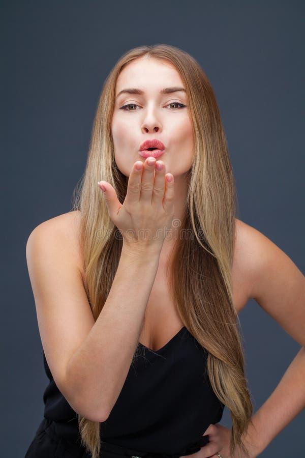 Blåsa kyssen, ung caucasian kvinnlig haired modell royaltyfri fotografi