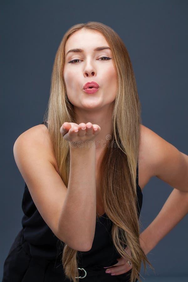 Blåsa kyssen, ung caucasian kvinnlig haired modell royaltyfria bilder