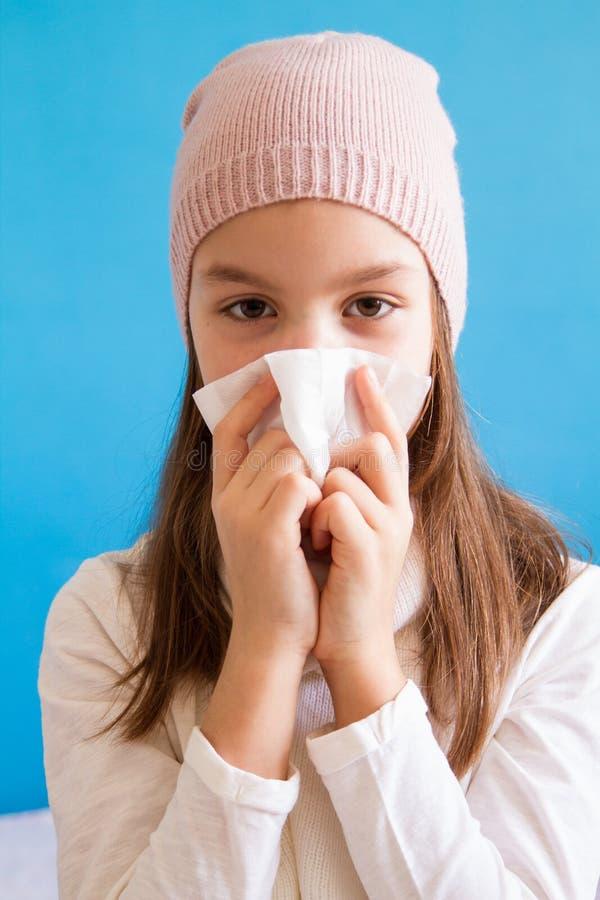 Blåsa näsa för ung flicka med silkespapperpapper arkivbild
