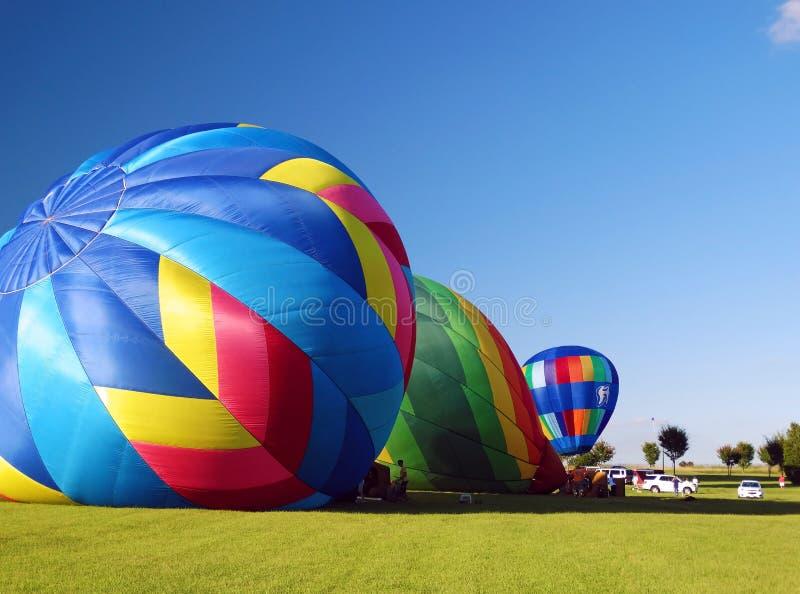 Blåsa upp ballonger för varm luft arkivbilder