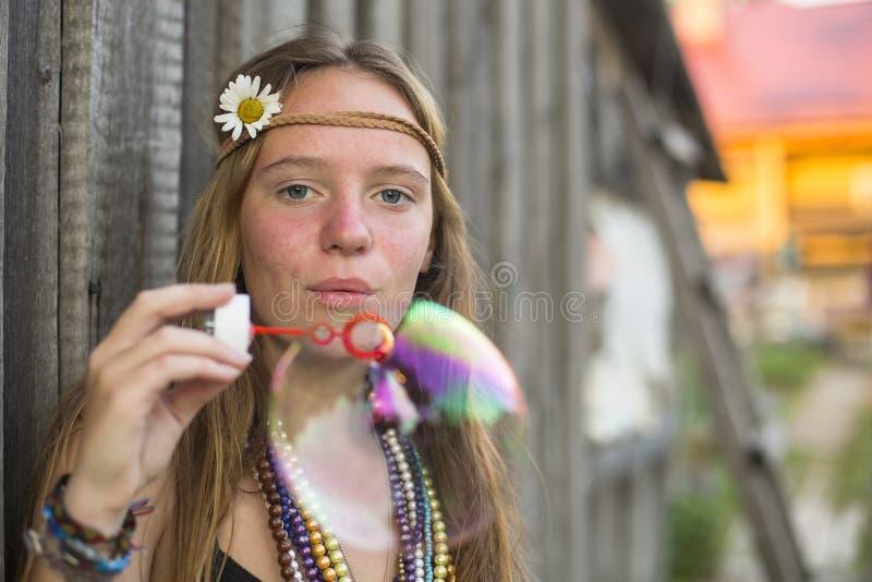 Blåser den härliga flickan för hippien bubblor utomhus arkivbilder