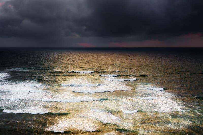 Blåsig seascape med stormiga moln royaltyfria bilder