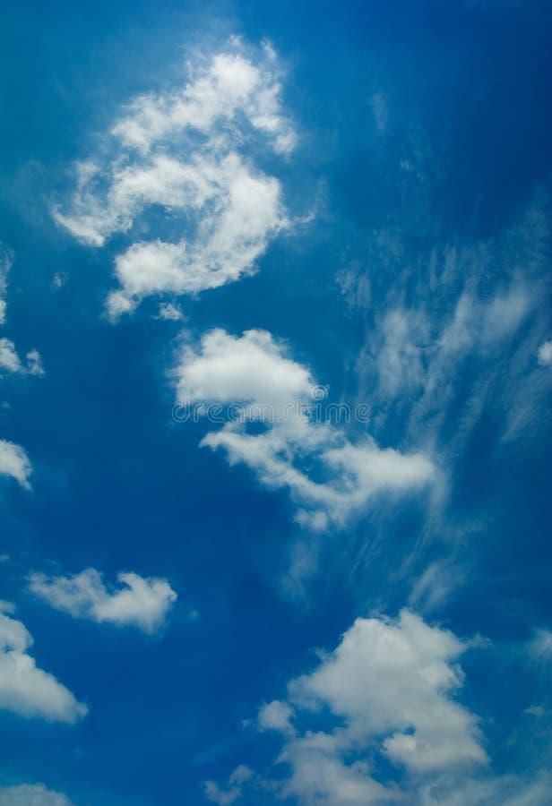 blåsig sky royaltyfria bilder