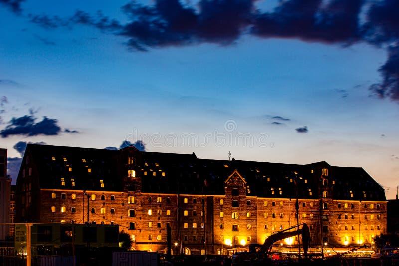 Blåtimmesöversikt över gamla historiska byggnader i Köpenhamn royaltyfria bilder