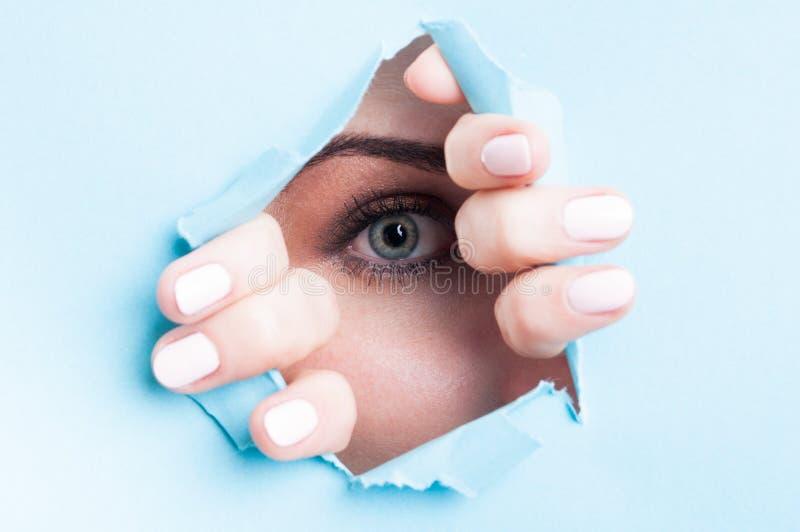 Blått öga för kvinna med mascara som ser till och med rivit sönder bräde arkivfoto