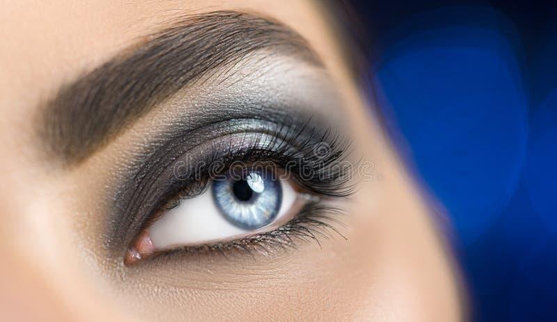 Blått öga för kvinna med perfekt makeup Härligt yrkesmässigt smink för smokeyögonferie Ögonbrynforma, ögon och ögonfrans arkivbilder
