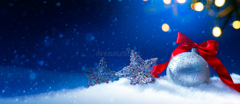 Blått bakgrund för julhälsningkort eller säsongferiebaner royaltyfria bilder