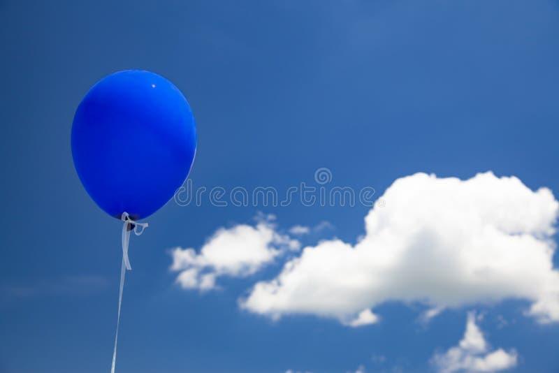 Blått baloonflyg i himlen arkivbild