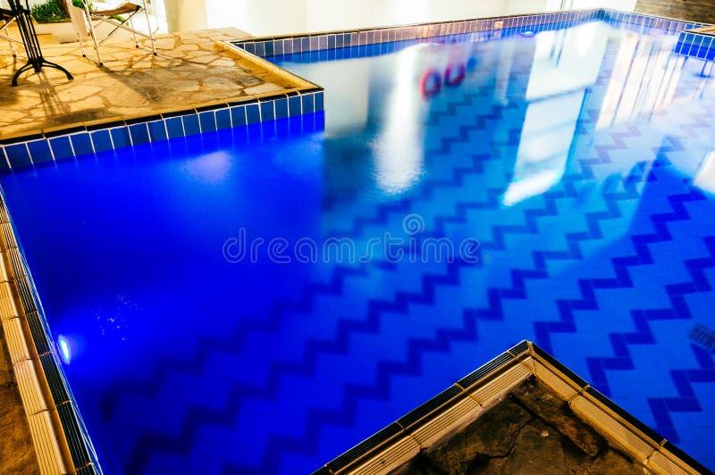 Blått belagd med tegel simbassäng royaltyfri foto