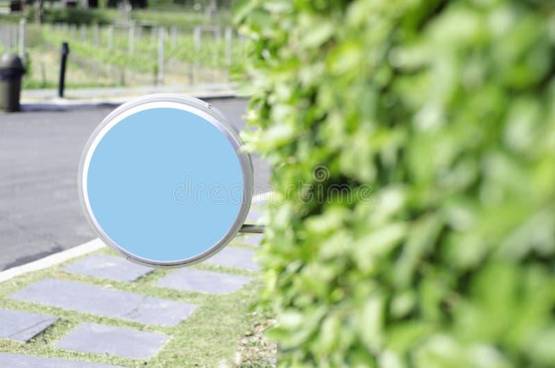 Blått cirkeltecken och träbågar i trädgården arkivfoto