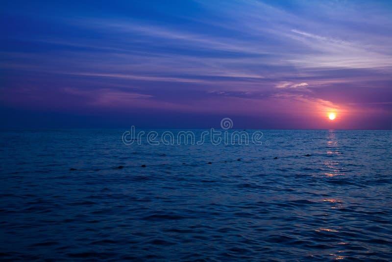 blått crystal hav över solnedgång royaltyfria bilder