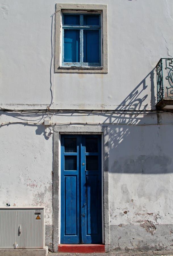 Blått dörr- och blåttfönster royaltyfri foto