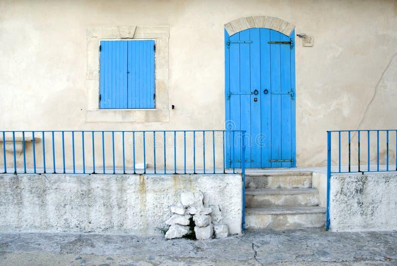 blått dörrfönster royaltyfri fotografi