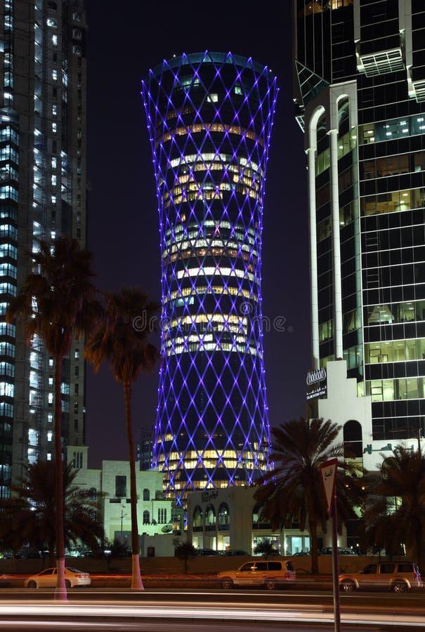 Blått exponerat QIPCO-torn, Doha arkivbilder
