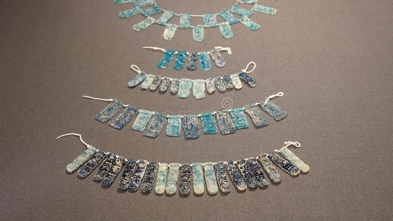 Blått exponeringsglas för halsband, 14th-13th århundrade F. KR. Fastland Grekland royaltyfria bilder