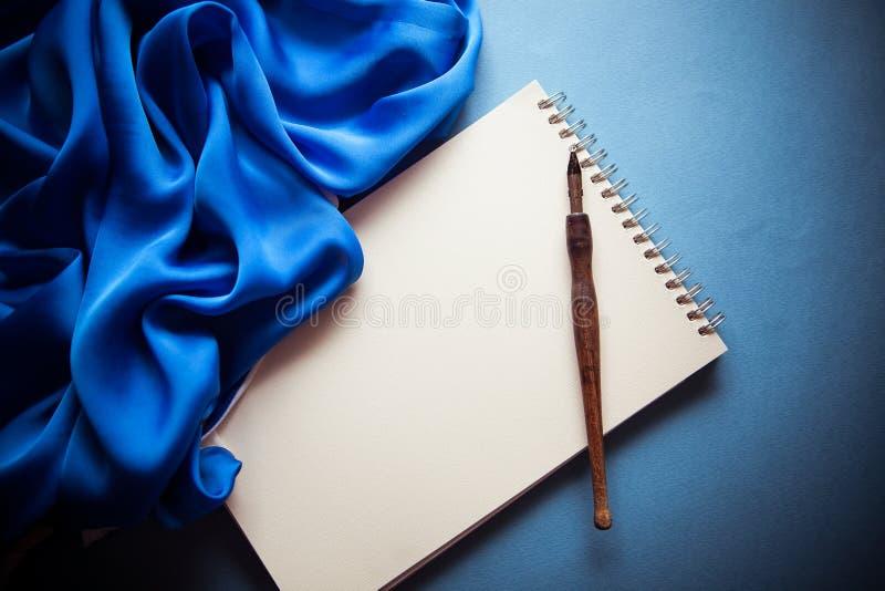 Blått färgar tappningbakgrund royaltyfri bild