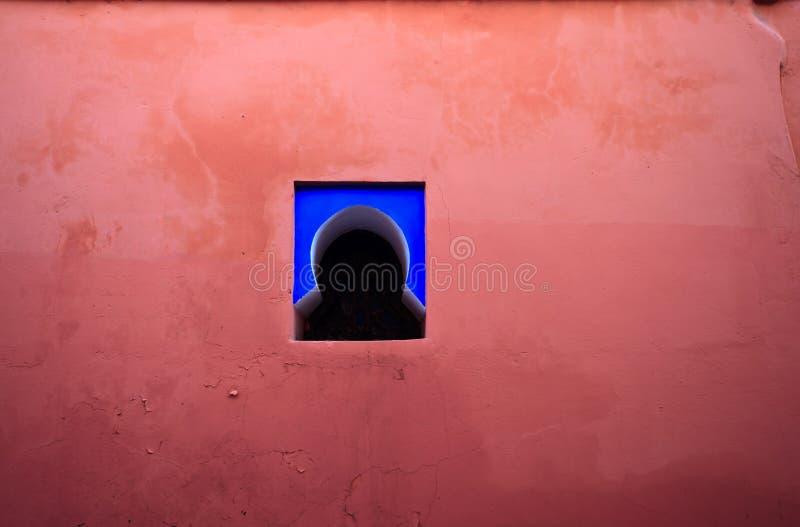 blått färgrikt rosa väggfönster arkivfoto