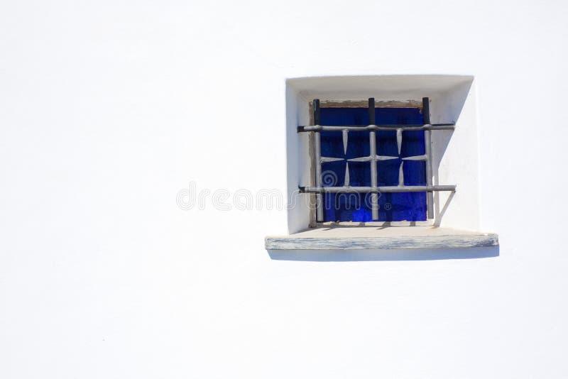 blått fönster arkivfoto