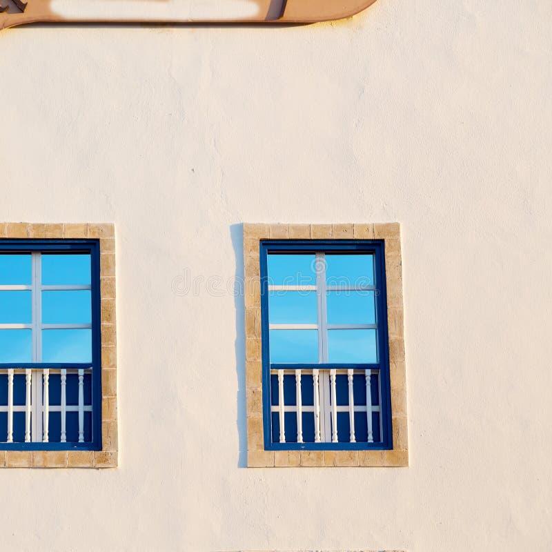 blått fönster i Marocko africa gammal konstruktion och bruntvägg royaltyfri bild