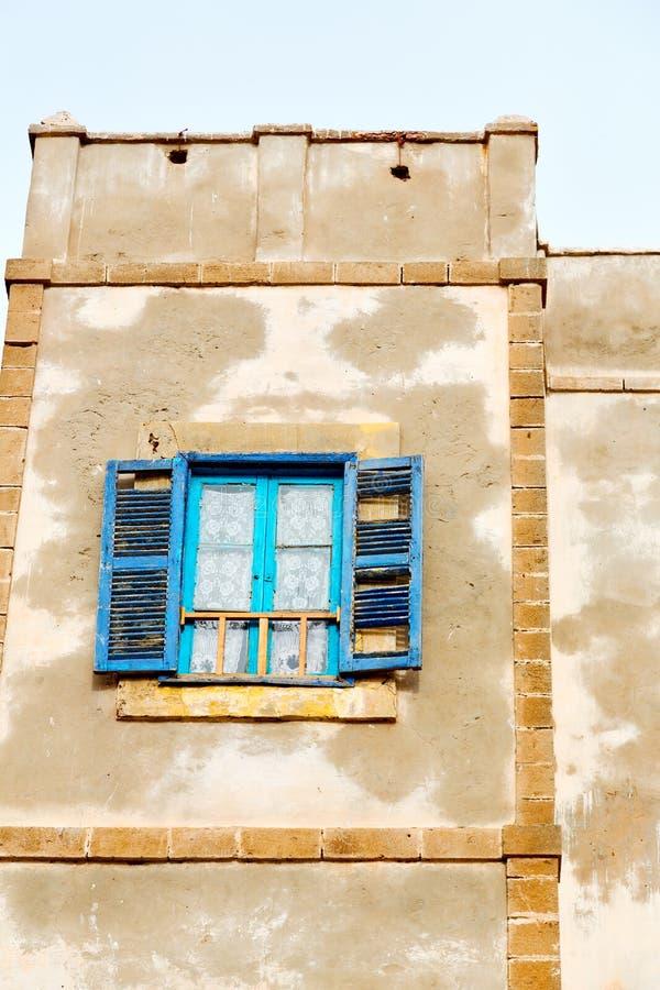 blått fönster i Marocko africa gammal konstruktion och bruntvägg c fotografering för bildbyråer