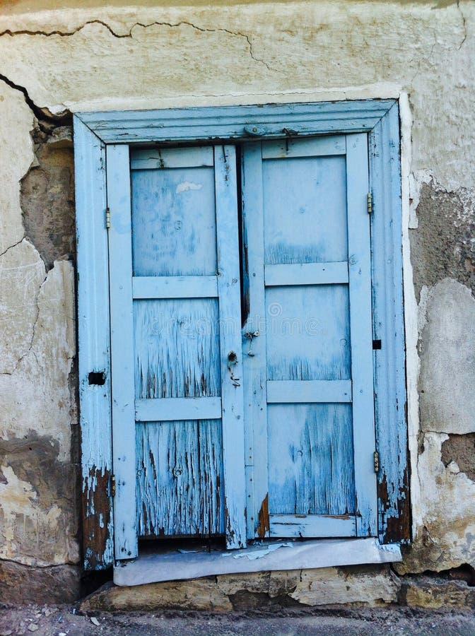 Blått fönster i väggen royaltyfria bilder