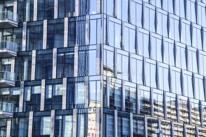 Blått för Glass spegel inhyser kontorsbyggnadabstraktionbakgrund t royaltyfri fotografi