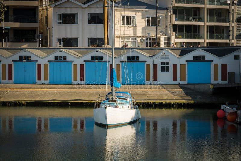 Blått fartygskjul och fartyg i stilla Marina Waters royaltyfria foton