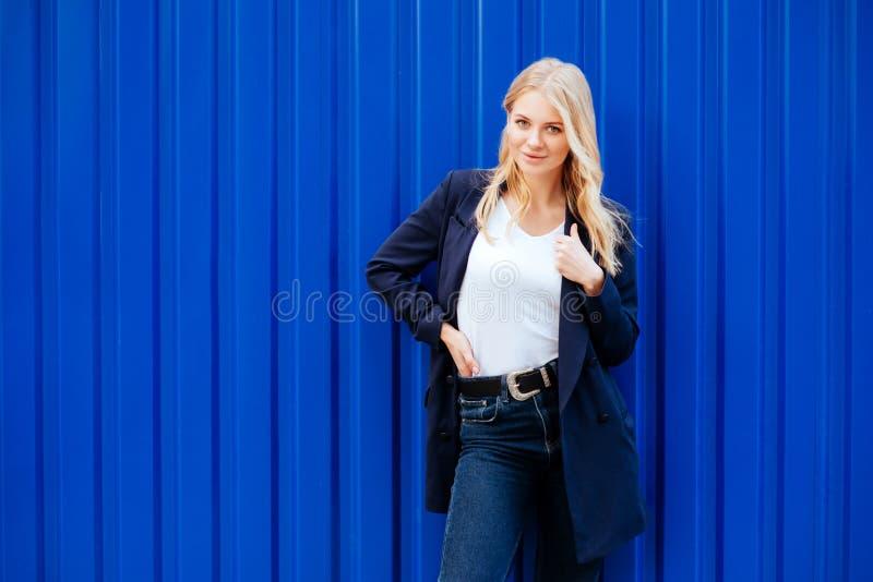 blått flickabarn för bakgrund royaltyfria bilder