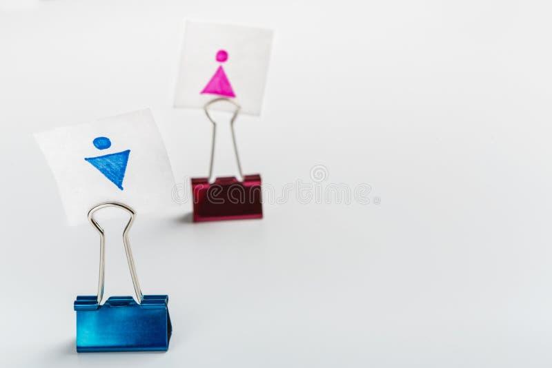Blått gem med det manliga symbolet framåtriktat som är rosa med kvinnlig en royaltyfri bild