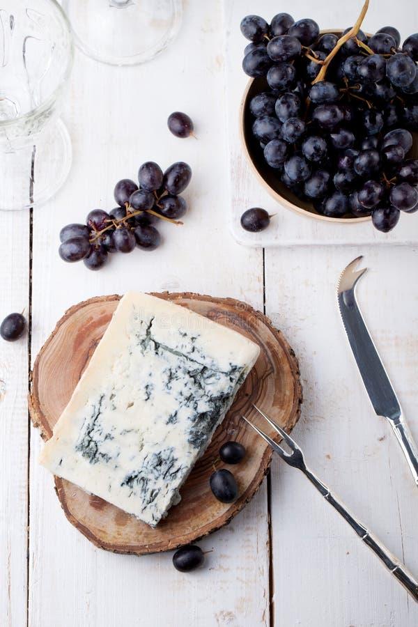 Blått gjuta, gjuta ost med den nya druvan vitt trä för bakgrund arkivbild