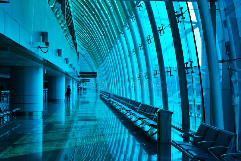 Blått glass gardinvägg och fönster i en modern kanal för terminal för building,The flygplats av stål- och exponeringsglasgardin royaltyfri bild
