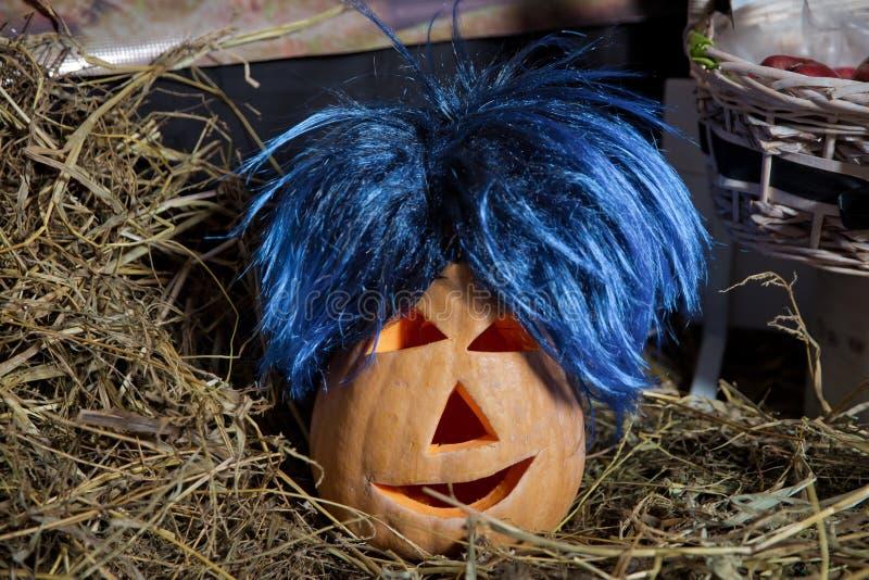 blått-haired pumpa Allhelgonaaftonpumpa som grinar i det mest onda modeet Spöklik lykta för allhelgonaaftonstålarnolla Pumpa på t royaltyfria bilder
