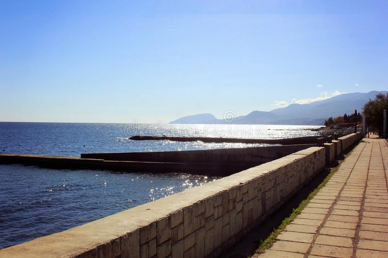 Blått hav och en annalkande våg med vitt skum arkivfoton